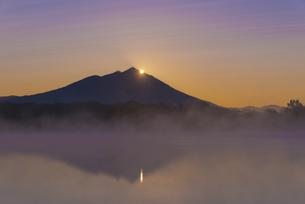 日本百名山 朝もやの母子島遊水地とWダイヤモンド筑波山の写真素材 [FYI04778392]
