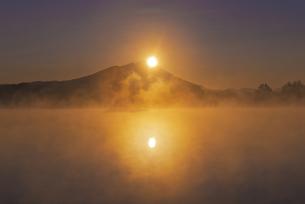 日本百名山 朝もやの母子島遊水地とWダイヤモンド筑波山の写真素材 [FYI04778393]