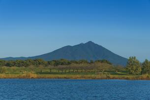 日本百名山 青空に筑波山と母子島遊水地の写真素材 [FYI04778405]