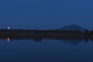 満月 日本百名山 筑波山と母子島遊水地の写真素材 [FYI04778406]