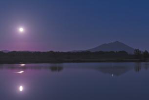 満月 日本百名山 筑波山と母子島遊水地との写真素材 [FYI04778407]