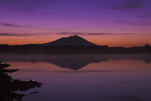 日本百名山 夜明け前の母子島遊水地と筑波山 朝焼けの写真素材 [FYI04778408]