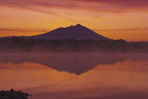 日本百名山 夜明け前の母子島遊水地と筑波山 朝焼けの写真素材 [FYI04778410]