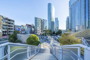 東京ビル群と青空の写真素材 [FYI04778450]