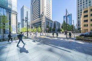 東京ビル群とビジネスマンの写真素材 [FYI04778451]