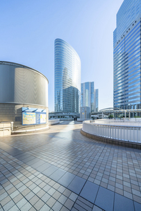 東京ビル群と青空の写真素材 [FYI04778454]