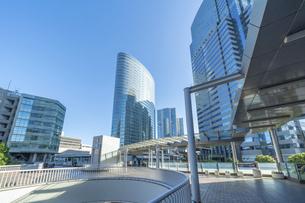 東京ビル群と青空の写真素材 [FYI04778463]