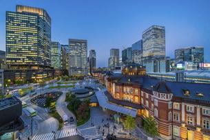 東京駅夜景の写真素材 [FYI04778471]