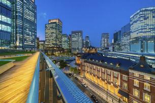 東京駅夜景の写真素材 [FYI04778484]