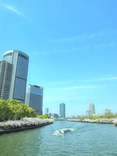 超高層ビルと遊覧船の写真素材 [FYI04778588]