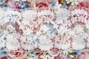 カラフルな花のアレンジメントの上に置かれたレースの写真素材 [FYI04778627]