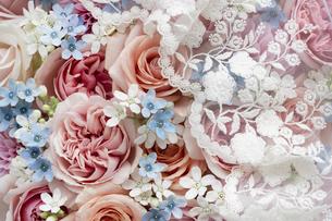 カラフルな花のアレンジメントの上に置かれたレースの写真素材 [FYI04778628]