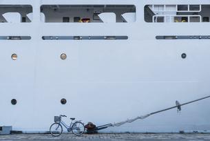客船と自転車の写真素材 [FYI04778660]