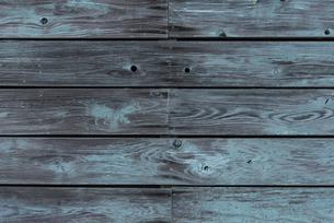 ペンキのはげた木の壁の写真素材 [FYI04778665]