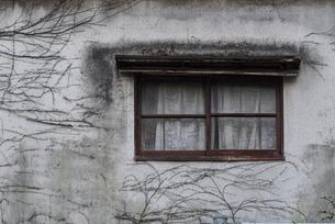 古びた窓の写真素材 [FYI04778672]