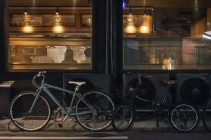 自転車のある夜景の写真素材 [FYI04778675]