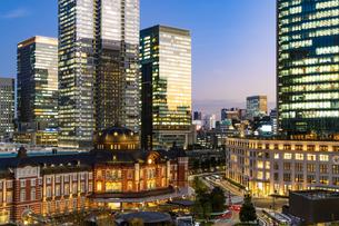 東京駅丸の内駅舎の夜景の写真素材 [FYI04778883]