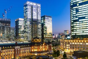 東京駅丸の内駅舎の夜景の写真素材 [FYI04778885]