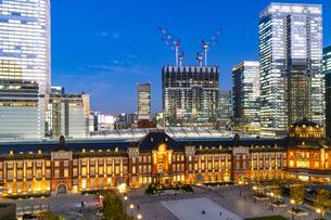東京駅丸の内駅舎の夜景の写真素材 [FYI04778886]