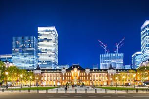 東京駅丸の内駅舎の夜景の写真素材 [FYI04778898]