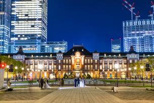 東京駅丸の内駅舎の夜景の写真素材 [FYI04778901]