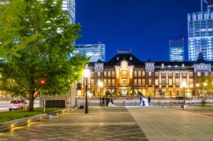 東京駅丸の内駅舎の夜景の写真素材 [FYI04778902]