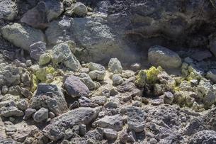 硫黄が結晶した岩場のクローズアップ写真の写真素材 [FYI04778925]