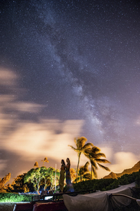 天の川と二人の写真素材 [FYI04778947]
