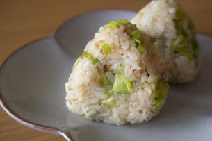 春キャベツの春色混ぜご飯おにぎりの写真素材 [FYI04779029]