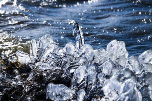 琵琶湖畔の氷 の写真素材 [FYI04779059]