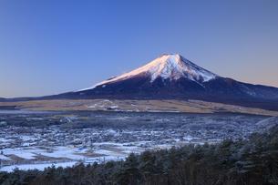 降雪後の忍野村と富士山の写真素材 [FYI04779237]