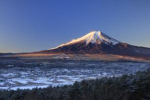 高座山より望む富士山と忍野村の写真素材 [FYI04779241]