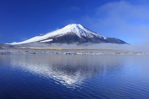 冬の山中湖と富士山の写真素材 [FYI04779243]