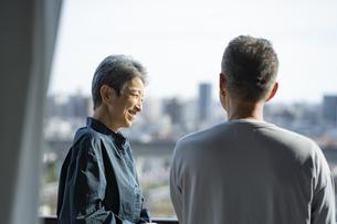 景色を眺める日本人シニア夫婦の写真素材 [FYI04779298]