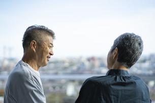 会話をする日本人シニア夫婦の写真素材 [FYI04779305]