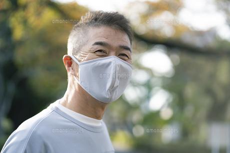 マスクをつけた日本人シニア男性の写真素材 [FYI04779308]