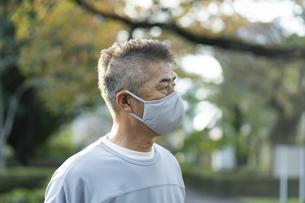 マスクをつけた日本人シニア男性の写真素材 [FYI04779312]