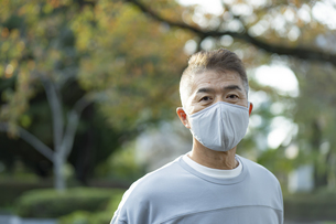 マスクをつけた日本人シニア男性の写真素材 [FYI04779317]