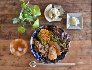 沖縄県産鶏と島野菜のワンプレートごはんの写真素材 [FYI04779319]