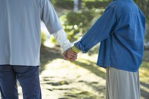 手を繋ぐシニア夫婦の写真素材 [FYI04779329]
