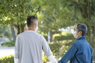 マスクをつけた日本人シニア夫婦の写真素材 [FYI04779333]