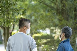 マスクをつけた日本人シニア夫婦の写真素材 [FYI04779337]