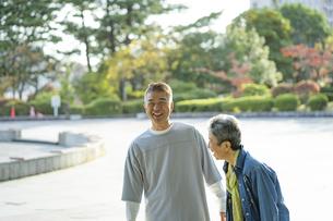 公園で談笑する日本人シニア夫婦の写真素材 [FYI04779341]