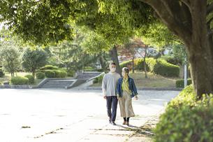 マスクをつけて公園を散歩する日本人シニア夫婦の写真素材 [FYI04779350]
