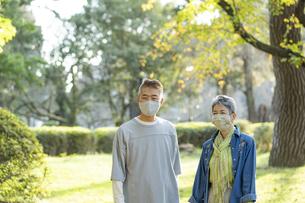 マスクをつけた日本人シニア夫婦の写真素材 [FYI04779358]