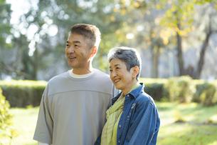 笑顔の日本人シニア夫婦の写真素材 [FYI04779360]