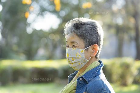 マスクをつけた日本人シニア女性の写真素材 [FYI04779367]
