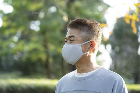 マスクをつけた日本人シニア男性の写真素材 [FYI04779373]
