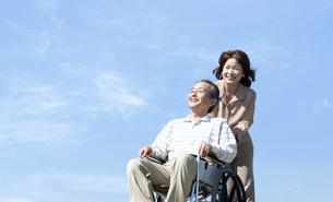 車椅子で散歩するシニア夫婦の写真素材 [FYI04779435]