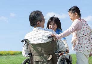 車椅子に座るシニア男性と孫の写真素材 [FYI04779459]